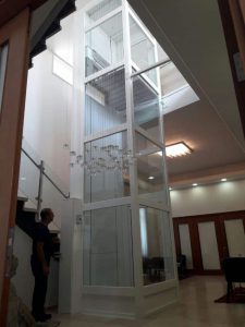 מעלון אנכי  עם פיר-מעלית ביתית