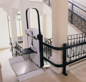 מעלון מדרגות משופע עם משטח